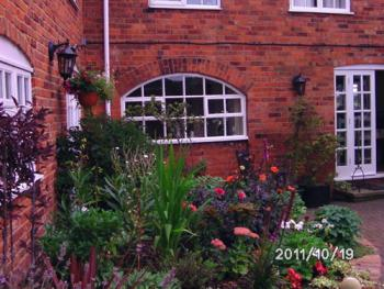 The Old House B&B - Attractive Courtyard garden