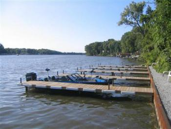 Boat docks available to our guests at no charge....bring your boat with you or rent one nearby.