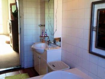 Badezimmer Waschbecken mit Spiegel
