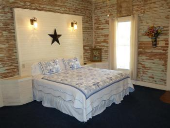 The Yellow Rose Suite - King Bed / 2 Twin Beds / Jacuzzi Bathtub w/Shower