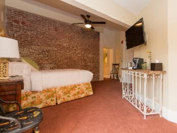Lodge-Private Bathroom-Queen-Patio-Room 02