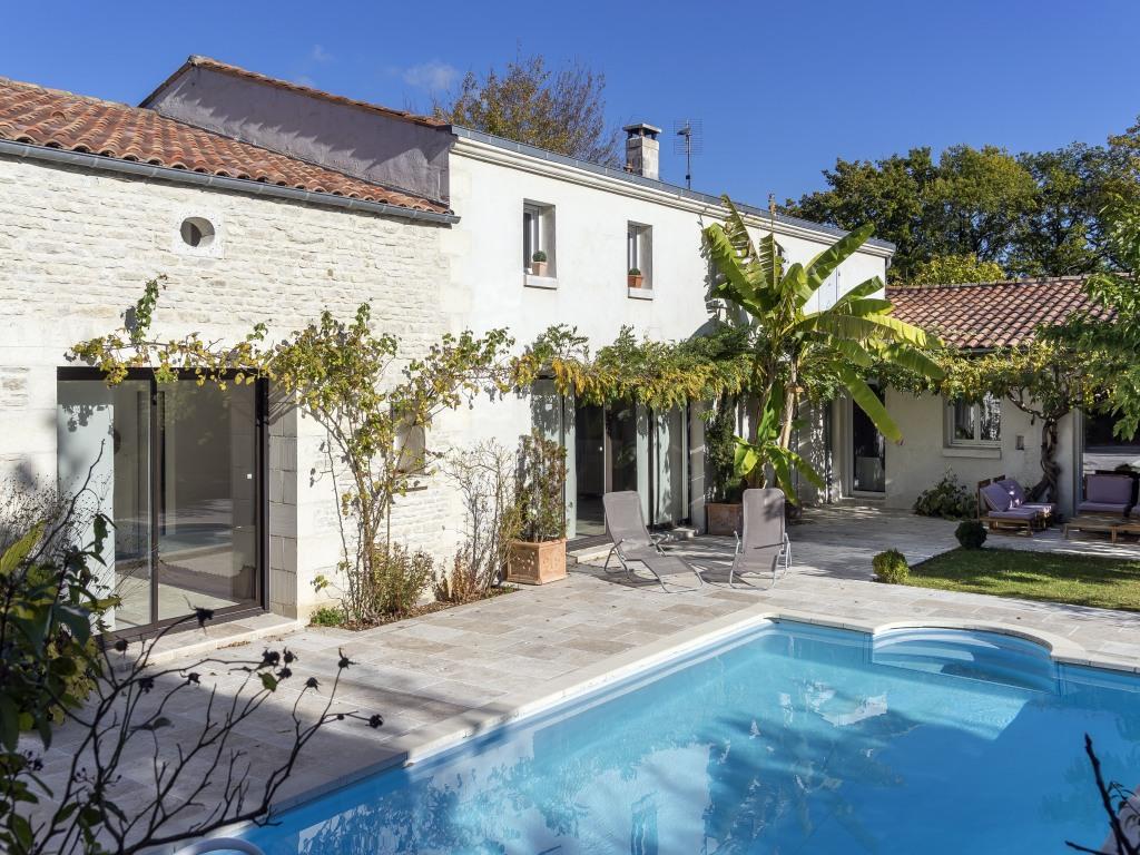 Arrière maison à l'abri des regards , terrasse au sud avec sa piscine chauffée