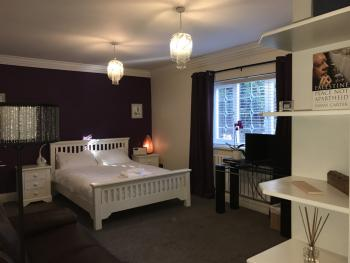 Oakcroft Manchester Airport Guesthouse - Plum bedroom, which sleeps up to 3 people