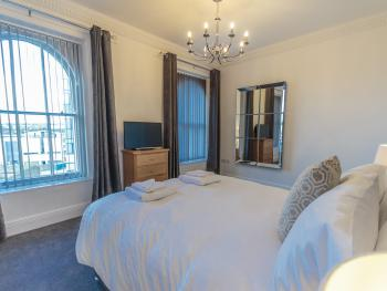 Luxury-Ground floor 1 bedroom-Apartment-Ensuite with Shower-City View