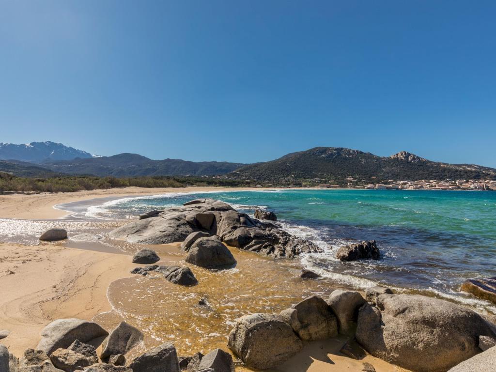 Vue d'Algajola depuis la longue plage d'Aregno
