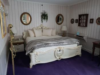 Deluxe King – 1 King Bed