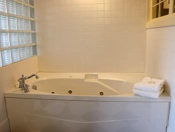 Queen Standard Room - Double Whirlpool Bath
