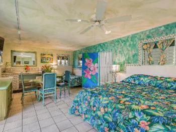 216 Tropical/ Deluxe - King & 2 Twins – Lanai; Bay View