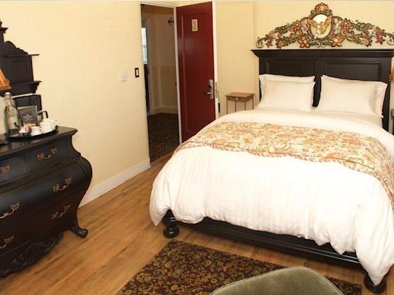 Queen-Ensuite-Standard-Madonna Queen Rooms