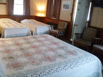 Quad room-Ensuite-Standard-Room #1 (1 queen+ 2 twin)