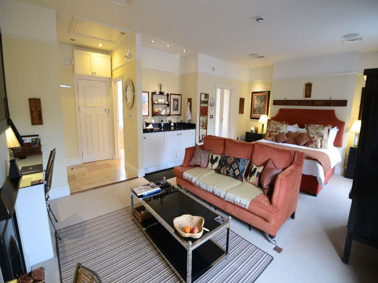 Suite-Deluxe-Ensuite with Bath-Street View-Studio Suite - Base Rate