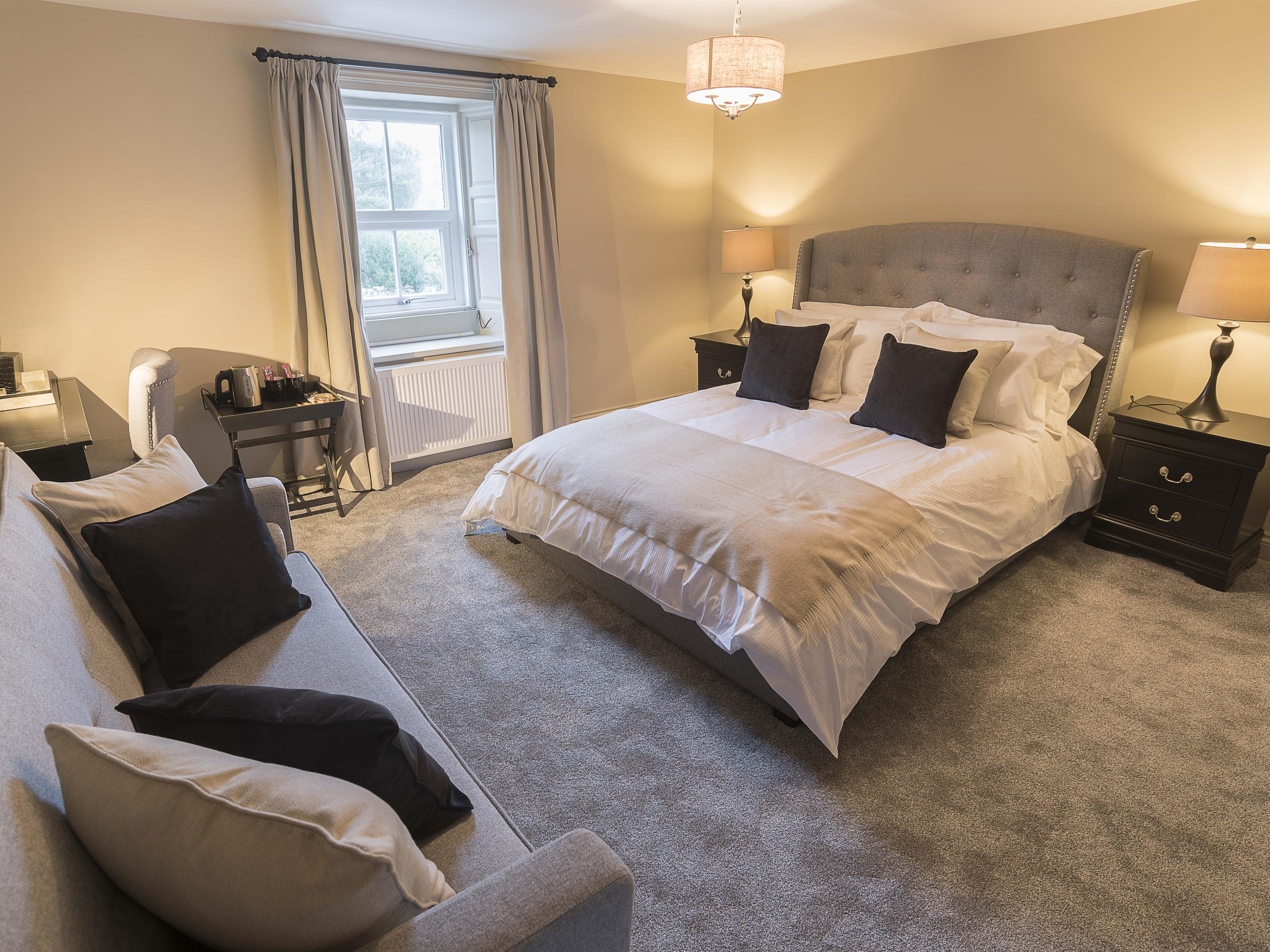 Family room-Luxury-Ensuite with Shower-Street View - Base Rate