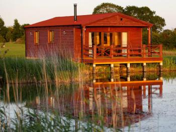 Lakeside Fishing Lodges - LOG CABIN