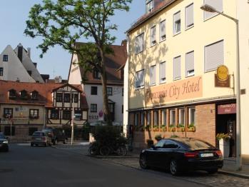 Hotelansicht mit Blick zur ältesten Bratwurstküche