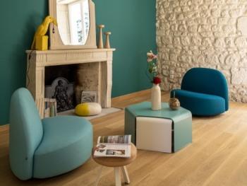 Détente dans le salon avec les fauteuils Elysée, Tabouret Smac, tables basse Ponan