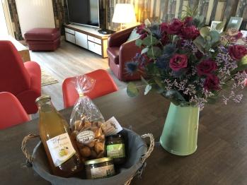 Panier et bouquet d'accueil pour les hôtes du Nouvel An