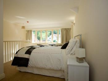 Willow 1 Bed-Apartment-Private Bathroom-Lake View
