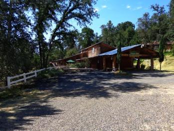 Evergreen Haus - Yosemite Lodging - Cabin Exterior Parking Area