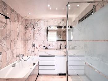 Salle de bain en suite chambre 1 : Baignoire, douche Italienne, wc
