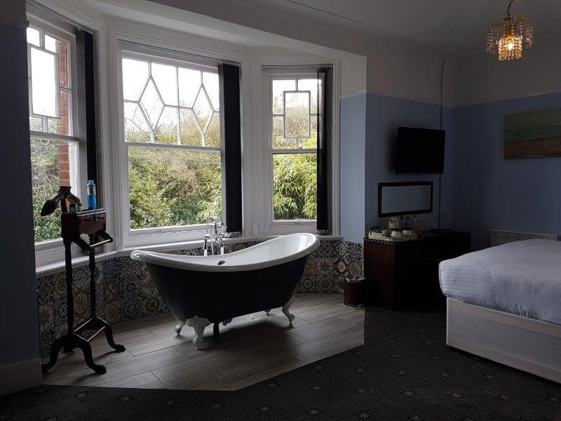 Suite-Deluxe-Ensuite with Bath-and shower