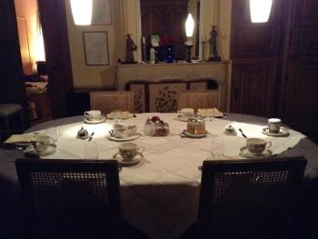 Petit déjeuner dans la salle à manger de la grande maison