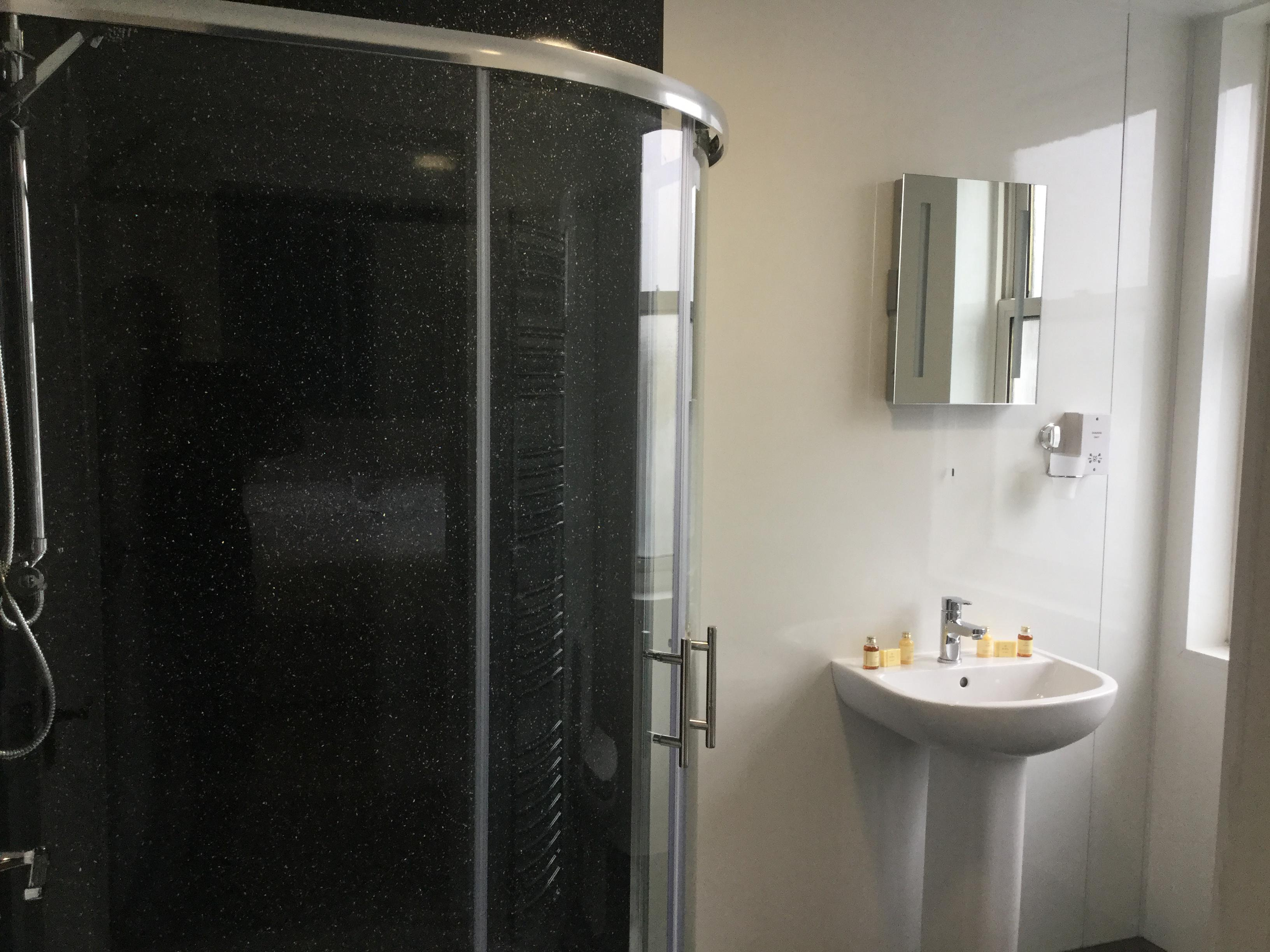 Twin room-Classic-Ensuite with Shower-Street View