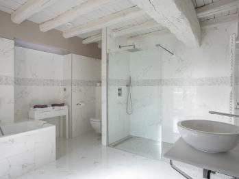 Vue générale de la salle de bains de la chambre Chablis