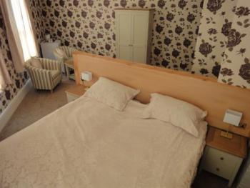 New Large Super King Ensuite with Comfy Chairs & Fridge - B&B