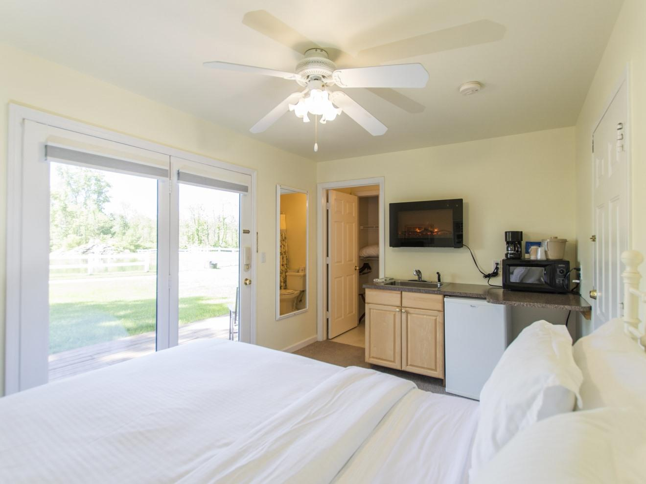Lake House Suite with Queen + Twin Bunks - 2 baths