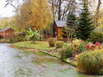 option jacuzzi dans la petite cabane en bordure de rivière