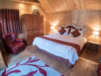 Double/twin log cabin en-suite with shower