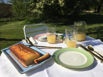 L'heure du goûter dans le jardin