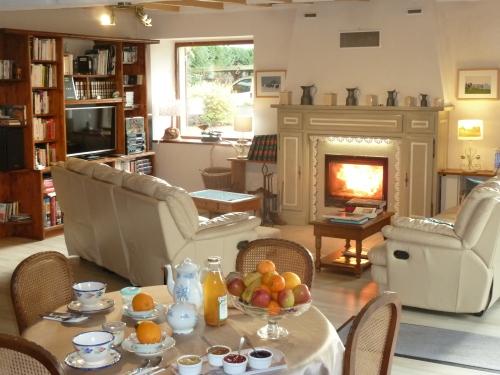 Salle du petit déjeuner avec la cheminée