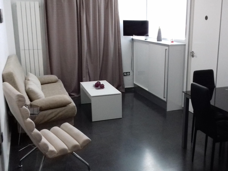 Moderno apartamento de dos niveles con baño con ducha
