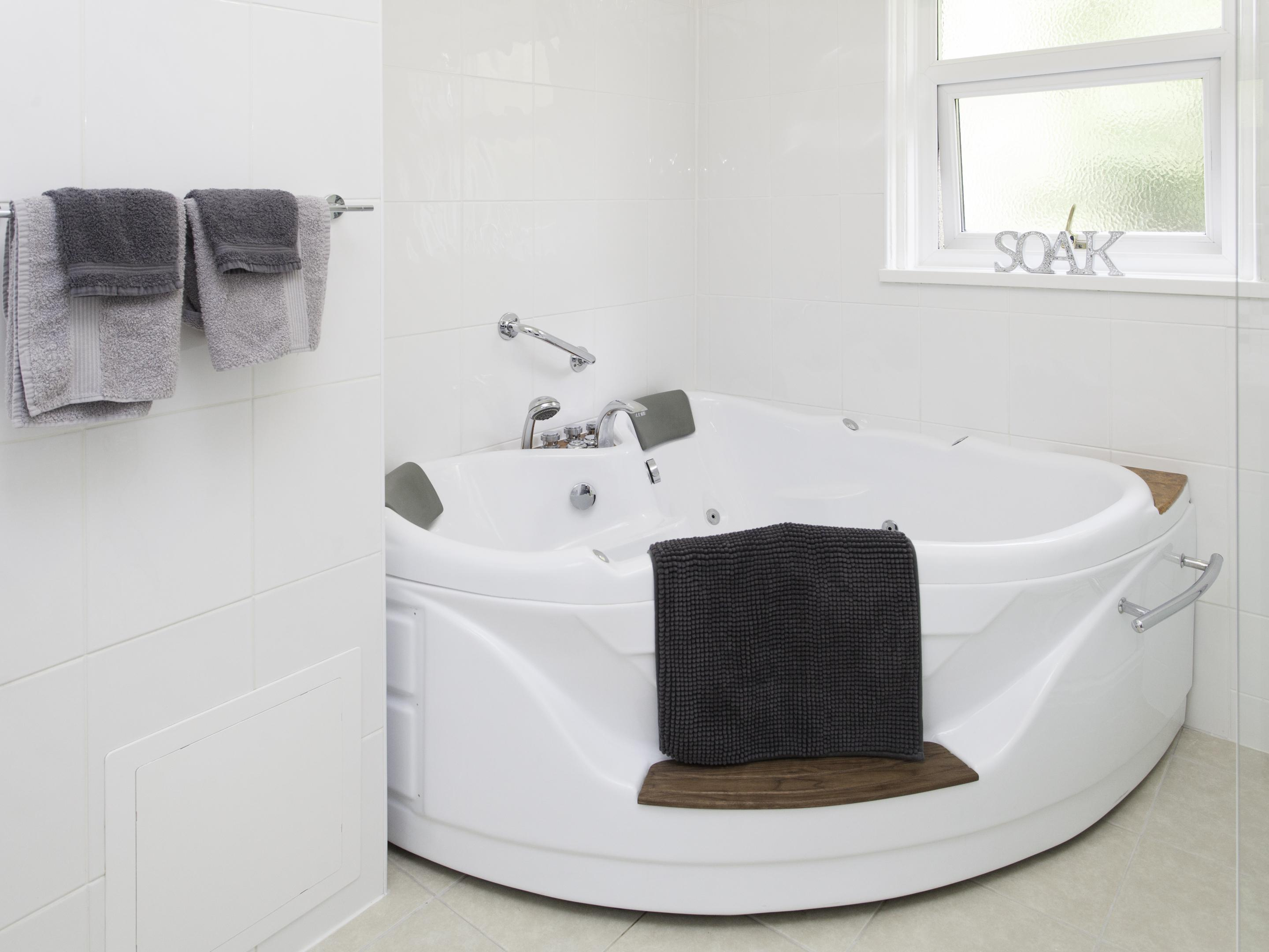 King-Suite-Ensuite with Bath-WhirlPool Bath/Shower