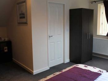 Wardrobe area Toms room