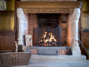 La cheminée dans la salle de petit déjeuner - Le Manoir - Domaine le Clos du Phare