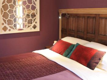The Lodge at Hemingford Grey House - King Size Bed in 'The Yew' - Guest Room
