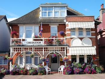 Chudleigh Hotel - Front of the premises with free parking