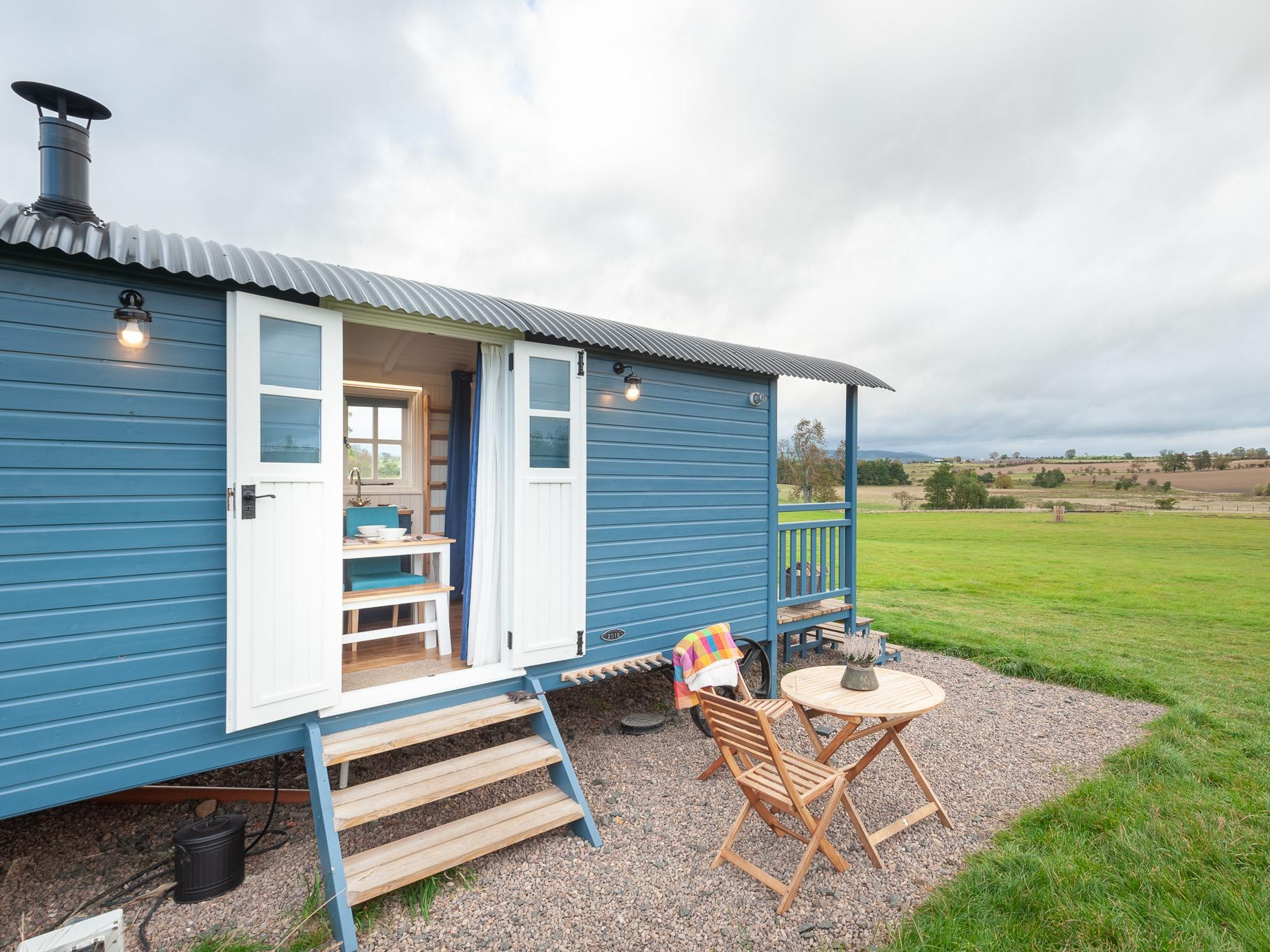 Hut-Family- Ensuite with Shower 2 Adults & 2 Children