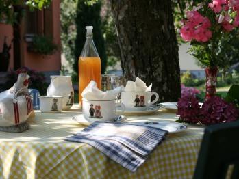 Petits déjeuners en terrasse en été ...