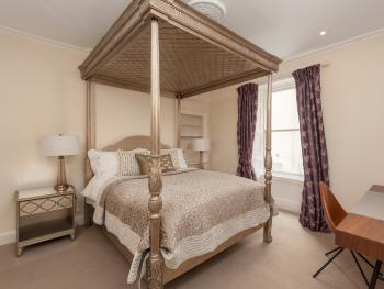 Rose Street Apartment - A fabulous king size 4-poster bed with top end mattress and high quality mattress topper, offers you an relaxed and comfortable stay.