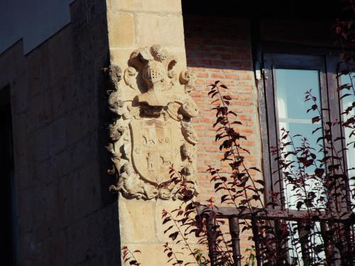 Escudo de edificio siglo XVIII