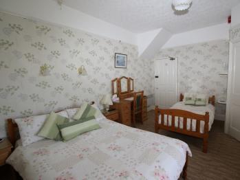 Quad room-Classic-Ensuite with Shower-Room 1