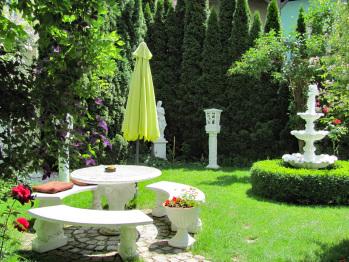 Romantischer Garten mit Sitzbereich