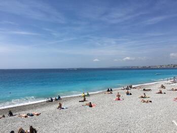 La mer: L'immense méditerranée et ses reflets azur.