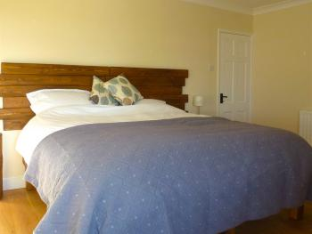 Guest room in super kingsize layout