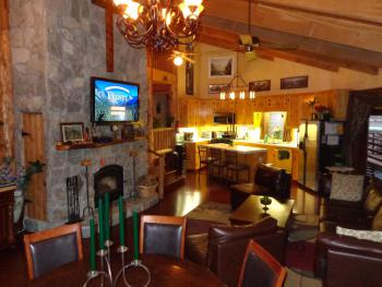 Evergreen Haus - Yosemite Lodging - Great Room