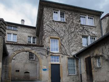 C'est dans l'une de ces immenses demeures que Muriel a réalisé 4 chambres d'hôtes d'exception, de style contemporain et de standing dont une chambre familiale, toutes décorées avec raffinement.