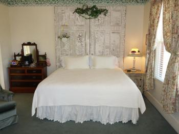 The Gruene Room - King Bed / Stand-up Shower